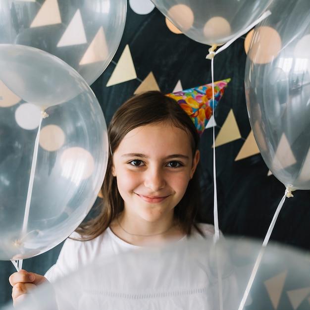 半透明の風船で愛らしい女の子 無料写真