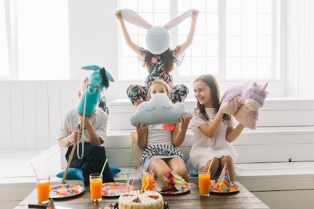 パーティーのおもちゃで楽しい子供たち 無料写真