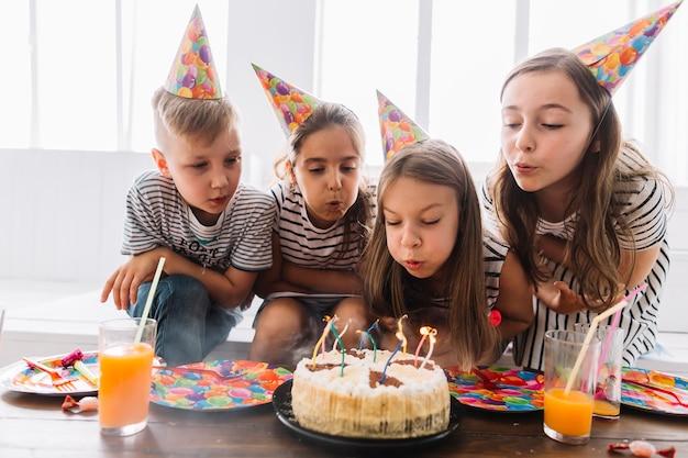 子供たちは一緒に誕生日のろうそくを吹いて 無料写真
