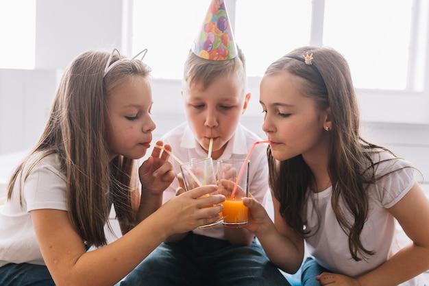少年少女と誕生日パーティー 無料写真