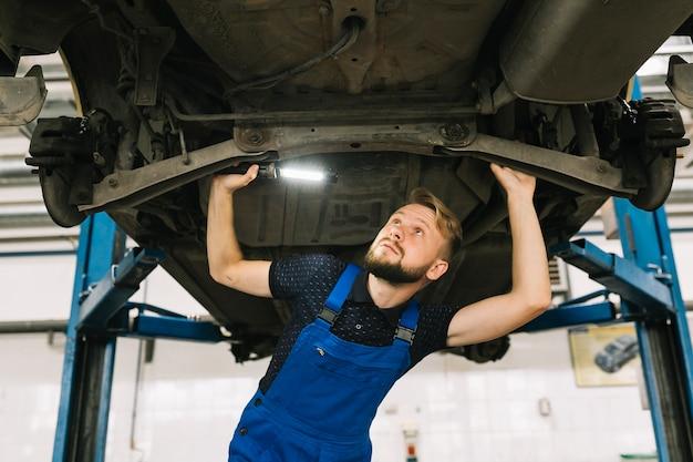 車両のトランスミッションを点検する修理士 無料写真