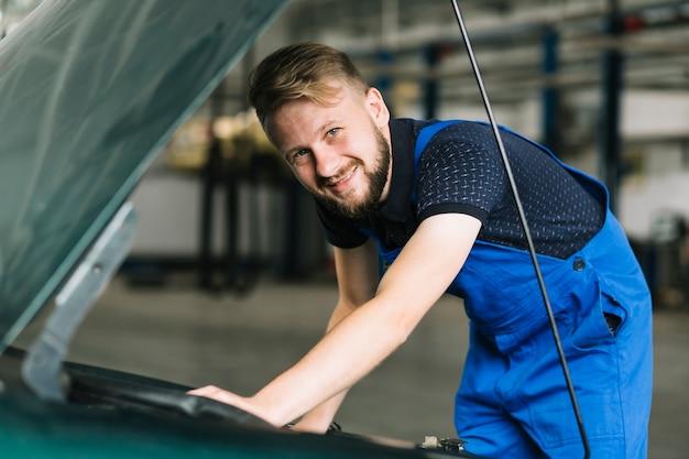 ガレージで車を修理する修理士 無料写真