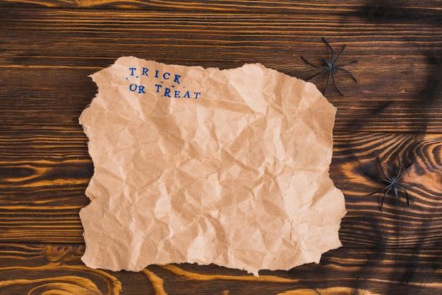 Крафт-бумага возле маленьких украшающих пауков Бесплатные Фотографии