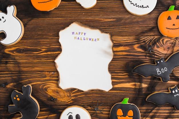 Хэллоуин пряники вокруг горящей бумаги Бесплатные Фотографии