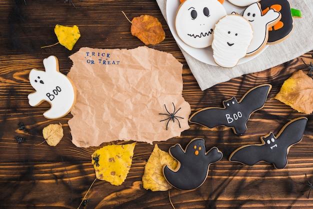 Хэллоуин пряники и листья вокруг ремесленной бумаги Бесплатные Фотографии