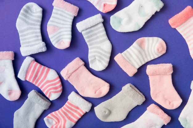 青い背景の多くの異なるタイプの赤ちゃんの靴下 無料写真