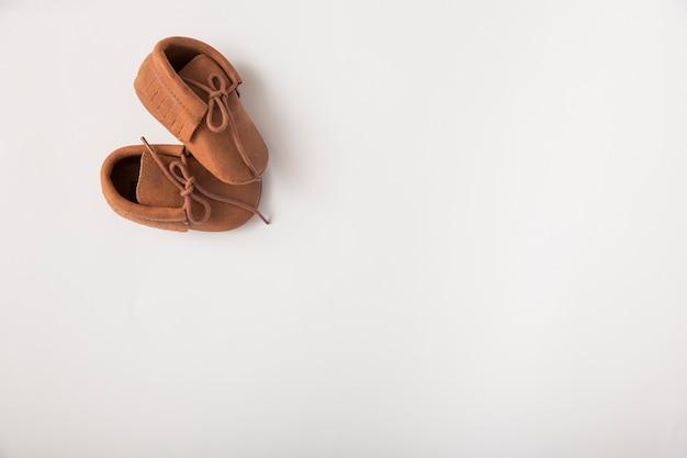 白い背景に茶色の靴のペア 無料写真