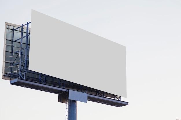 白い背景に屋外の空の広告の看板 無料写真