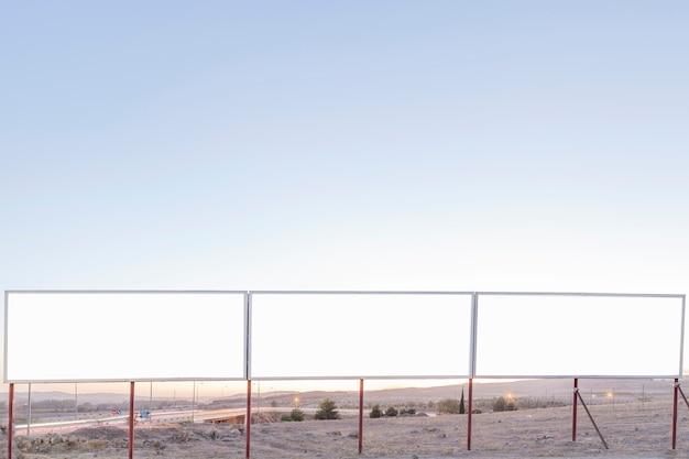 高速道路の近くに青い空に対して空の広告掲示板 無料写真