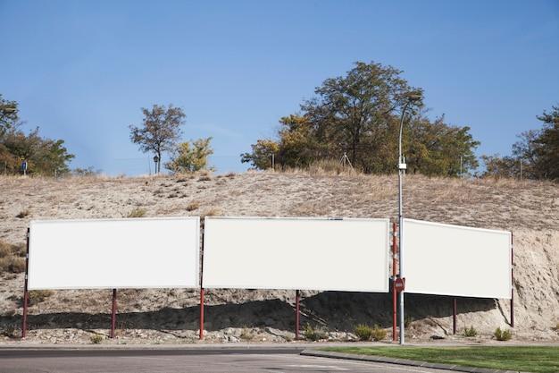 道路の近くの空の看板 無料写真