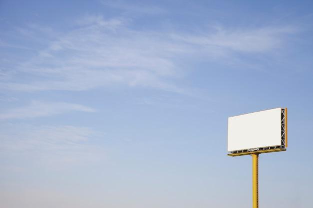 青空に対する屋外の空の広告看板 無料写真