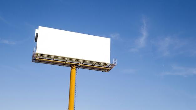 白い背景のテキストのためのスペースと空の看板 無料写真