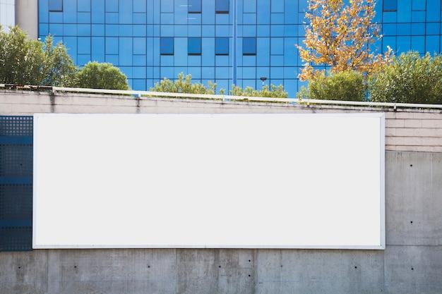 広告のためのコンクリート壁の空の広告板 無料写真