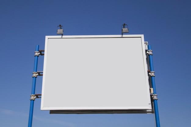 青空に照らされた空の倉庫の低い角度のビュー 無料写真