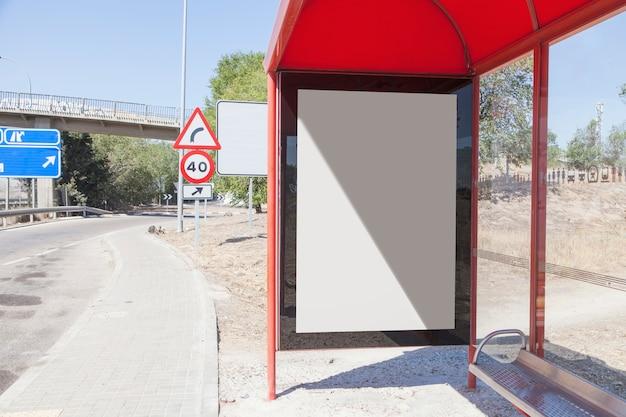 都市のバス停留所で空のビルボード 無料写真