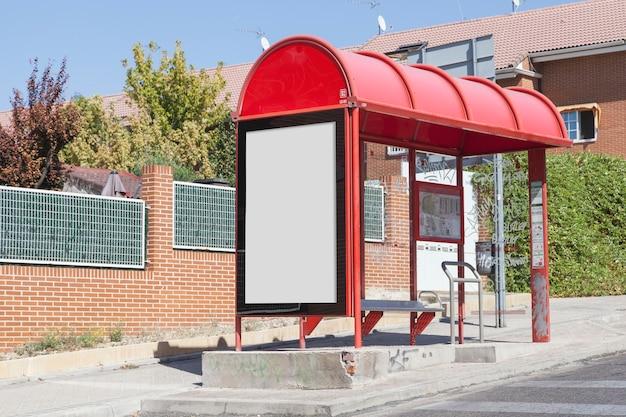 都市の道路によるバス停でのブランクの掲示板 無料写真