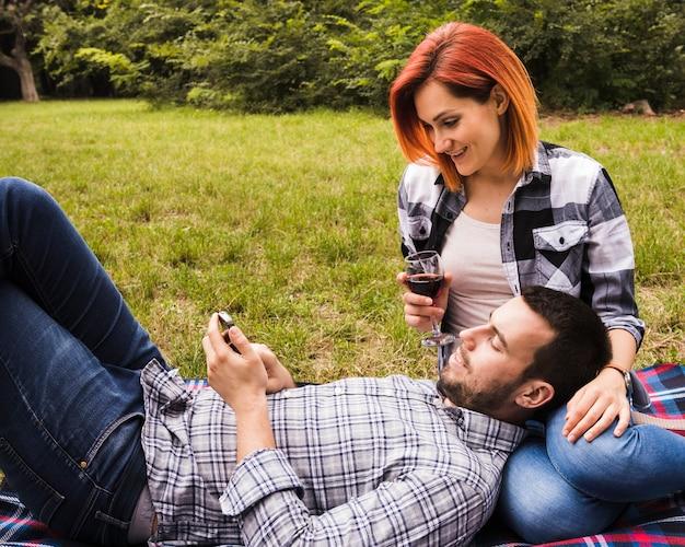 若い、女、見る、ワイン、ガラス、男、見る、携帯電話、公園 無料写真