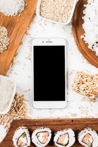寿司といろいろな米で包まれた携帯電話の眺め 無料写真