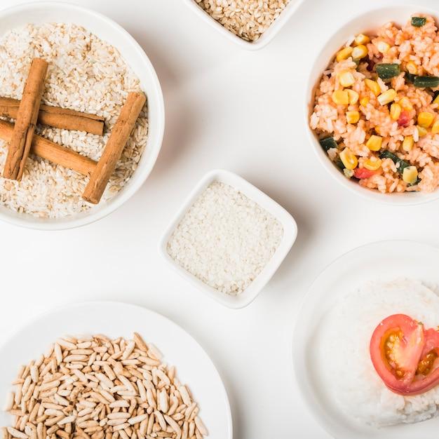 白い背景に生まれていない稲のボウルを持つライス料理 無料写真