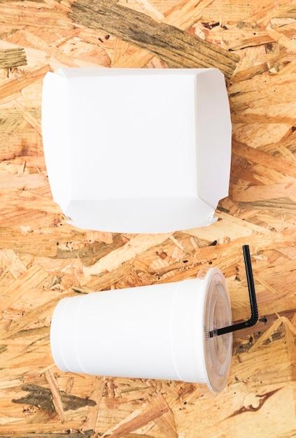 白い紙パッケージとテクスチャ付きの背景での使い捨ての飲み物 無料写真
