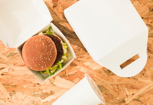木製の背景上のパッケージのハンバーガーのオーバーヘッドビュー 無料写真