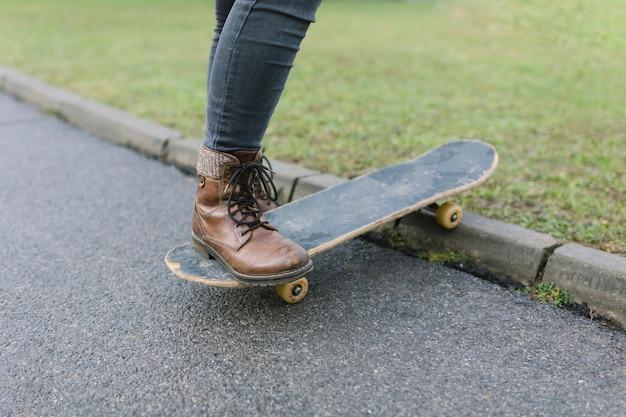 スケートボードを持つ女性の肖像 無料写真