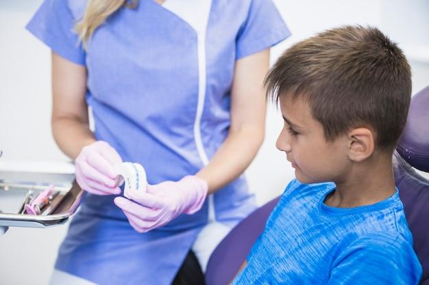 クローズアップ、女性、歯科医、歯、石膏、金型、クリニック、患者 無料写真