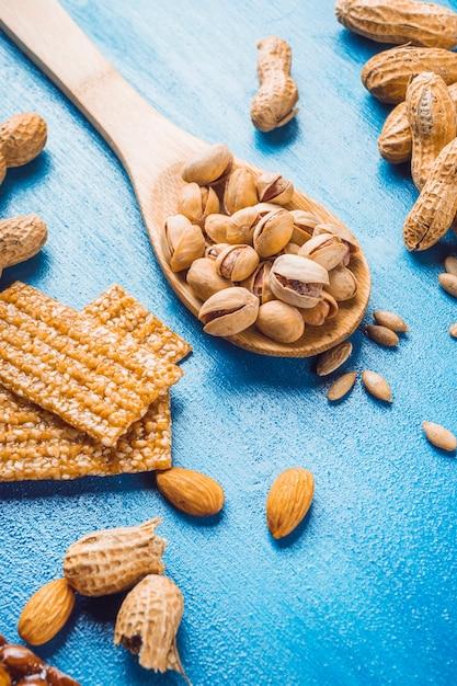 青いテクスチャの背景にドライフルーツで作られた自家製のタンパク質バー 無料写真
