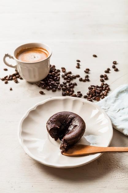 コーヒーと焙煎コーヒー豆を入れたホットチョコレートケーキスフレ 無料写真