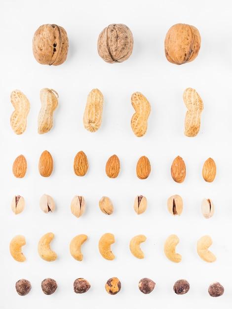 白い背景にさまざまなタイプのドライフルーツ 無料写真