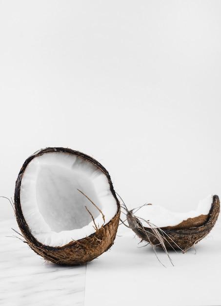 白い背景にココナッツ殻 無料写真