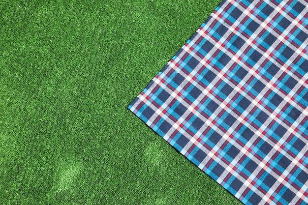 緑の芝生でチェッカーをしたテーブルクロス 無料写真