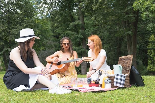 ピクニックで楽しむ女性の友達 無料写真