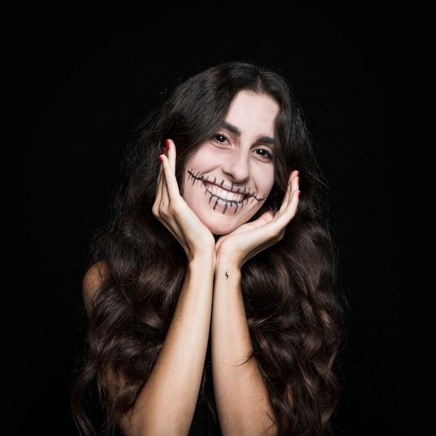 手を振って笑う女性 無料写真