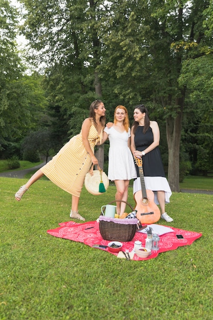 庭でピクニックを楽しむ女性の友達 無料写真