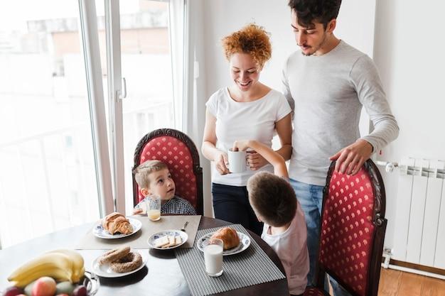 朝の朝食を持つ家族 無料写真