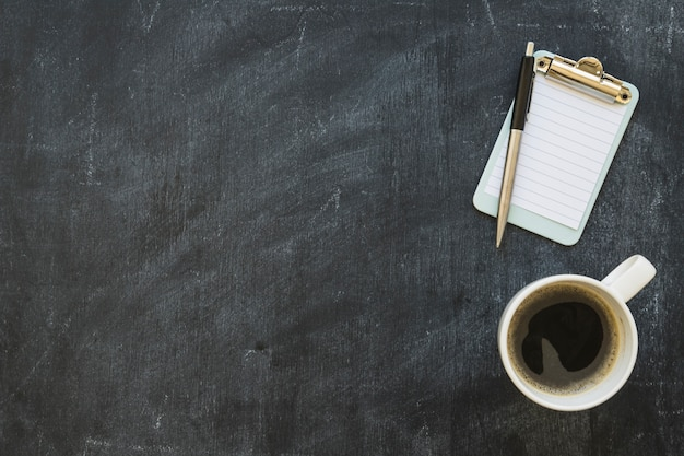 黒板にペンとコーヒーカップとミニチュアクリップボード 無料写真