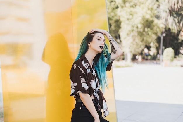 公園に立っている若い女性の肖像 無料写真