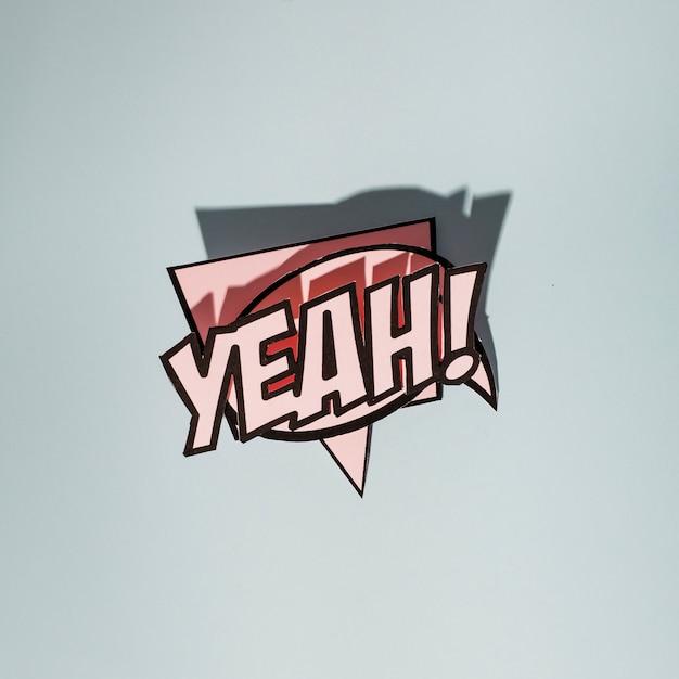 Розовый текст с комическими пузырями речи на сером фоне Бесплатные Фотографии