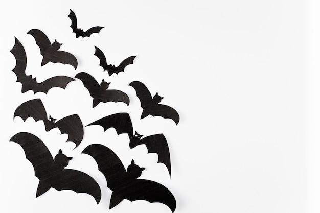 白の背景に黒の装飾のコウモリ 無料写真