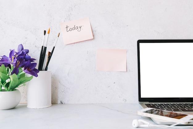 Современная компоновка офисного стола с технологическим устройством Бесплатные Фотографии