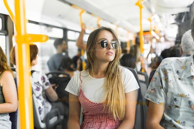 バスで旅行する若い女性 無料写真