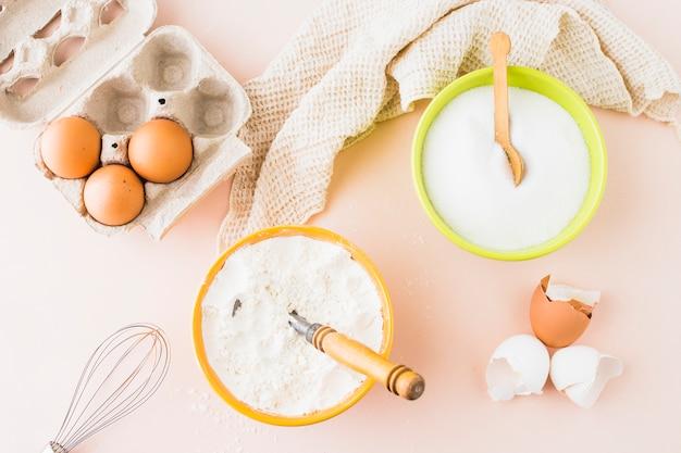 Высокий угол зрения различных ингредиентов для выпечки на цветном фоне Бесплатные Фотографии