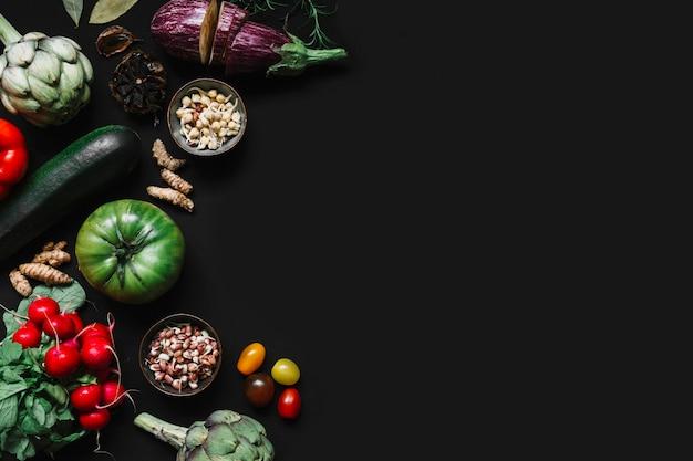 黒背景に様々な野菜の高い角度のビュー 無料写真