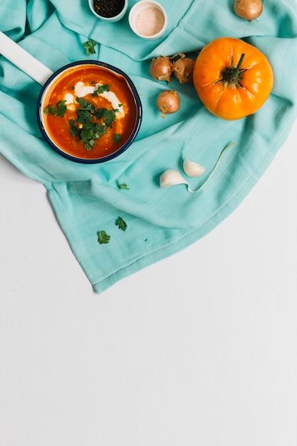 トマト、スープ、ニンニク、タマネギ、白い背景 無料写真