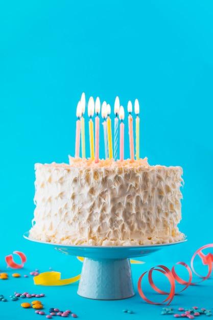 装飾的な青い背景と誕生日のケーキのクローズアップ 無料写真
