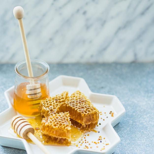 ハニカムのピースと花瓶の蜂蜜の瓶 無料写真
