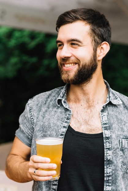 Улыбающийся портрет человека, держащего пивное стекло Бесплатные Фотографии