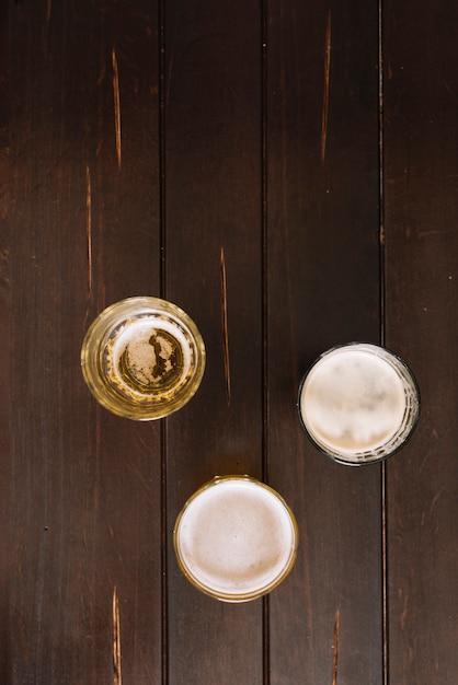 木製テーブル上のアルコール飲料のメガネ 無料写真