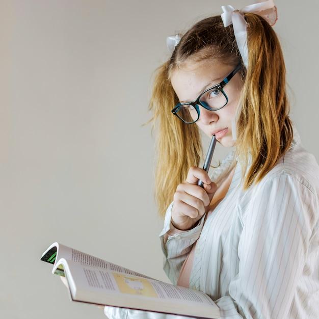 運動の本を持つ女の子のクローズアップ 無料写真
